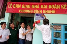 Trao nhà tình nghĩa 'đại đoàn kết' cho hộ bà Nguyễn Thị Hoàng - Long Xuyên, Ang Giang